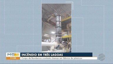 Corpo de Bombeiros combate chamas em fábrica de plásticos - Os bombeiros acreditam que houve aquecimento na tubulação que conduz o material usado para produção de plástico.