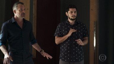Leandro invade a casa de Fabiana e salva Agno e Bernardo - Fabiana implora a Agno para deixar dinheiro para ela mas ele vira as costas e vai embora