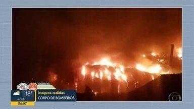 Incêndio atinge fábrica de borracha - Galpão fica na rodovia Fernão Dias, em Mairiporã.