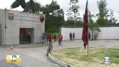 Flamengo embarca nesta quarta (20) para tentar título na Libertadores - Time treina pela manhã e em seguida viaja em vôo fretado para o Peru. Treinos em Lima vão ser na quinta (21) e na sexta-feira (22). Torcedores movimenta o Aeroporto Internacional do Rio.
