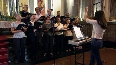 Coral da Paróquia São Luiz Gonzaga se prepara para as apresentações de Natal - Grupo é formado por 25 cantores. Padre Donizetti, de Tambaú, é reconhecido pelo Vaticano.