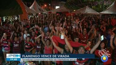 Torcedores do Flamengo comemoram o título da Libertadores em praça em Cabedelo - Vitória de virada.