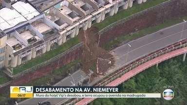 Parte de muro de antigo hotel desaba na Avenida Niemeyer - Parte de muro de antigo hotel desaba na Avenida Niemeyer