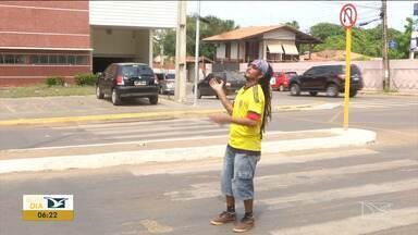 Artistas e ambulantes usam arte e criatividade nos semáforos no Maranhão - Semáforos no trânsito de Balsas estão se tornando local de trabalho para quem não consegue vaga no mercado formal.