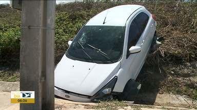 Veículo cai do alto de barranco na Avenida Litorânea em São Luís - Acidente ocorreu na madrugada de domingo (24) e o condutor do veículo foi socorrido e encaminhado para o hospital.