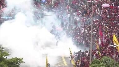Comemoração de flamenguistas no Centro do Rio de Janeiro termina em confusão - Polícia disse que algumas pessoas não respeitaram a barreira e PMs tiveram que jogar bombas de gás para dispersar a multidão.