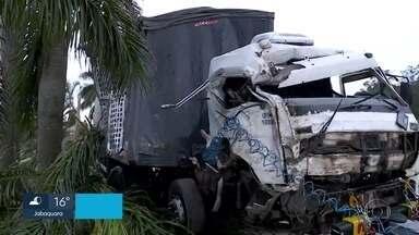 Mulher morre atropelada num ponto de ônibus em Embu das Artes - A polícia investiga se o motorista da carreta passou mal