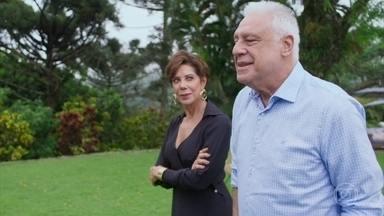 Vera e Alberto passam momentos agradáveis juntos - Leila e Bezinha comentam a proximidade entre os dois