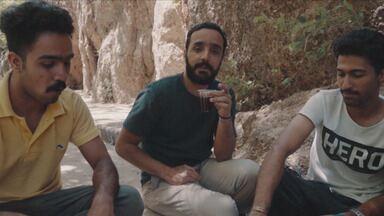 Um país rico de cultura e petróleo - Após visitar as montanhas de Shiraz, os meninos degustam o vinho produzido no local. Eles mostram o estreito de Kerch, por onde passa boa parte da produção mundial de petróleo.