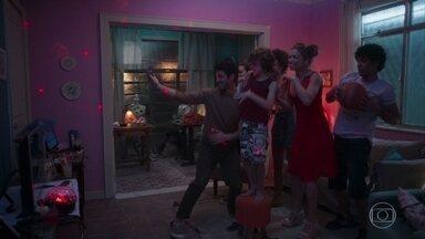 Peter grava vídeo divertido - Marcos se aproxima da família de Paloma