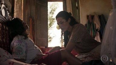 Lurdes entra em trabalho de parto - No presente, Vitória faz uma entrevista de trabalho com Lurdes e ela esconde o verdadeiro motivo de sua mudança para o Rio de Janeiro