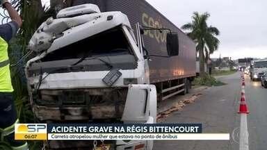 Mulher morre atropelada por carreta na Rodovia Régis Bittencourt - Acidente aconteceu em Embu das Artes na noite desta segunda-feira (25).