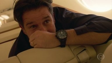 Raul e Estela se amam durante voo - Empresário desembarca no Rio de Janeiro