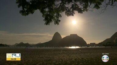 Confira a previsão do tempo para esta quarta-feira (27) - Quarta-feira começa com muitas nuvens no Rio. Frente fria chega no final do dia, mudando o tempo.