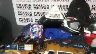 Quatro pessoas são presas em Santa Luzia suspeitas de roubo - Segundo a PM, elas estavam com duas réplicas de arma, cinco celulares, duas mochilas, dois pares de tênis, 15 camisas, uma correntinha e um relógio.