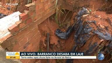 Após temporal, barranco desaba sobre laje no bairro do Arraial do Retiro - Desabamento é uma das consequências das fortes chuvas que caíram na capital baiana na terça-feira (26).