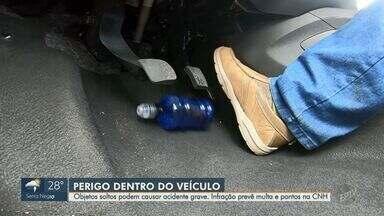 Objetos soltos dentro do carro podem causar acidentes graves - O motorista flagrado pela fiscalização está sujeito a levar multa e pontos na CNH.