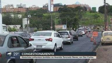 Recapeamento causa congestionamentos em São Carlos - Motoristas enfrentaram lentidão na Avenida Tancredo Neves.