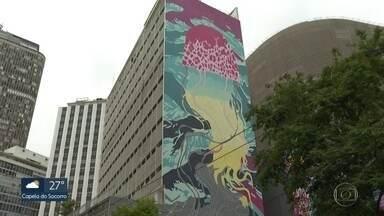"""Justiça manda parar intervenção artística """"O Aquário Urbano"""" - Obra, que usou nove fachadas de prédios para compor um grafite gigante, virou caso de polícia. Dono de um dos prédios alega que imóvel é tombado e que não deu permissão para a intervenção."""
