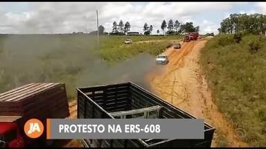 Caminhoneiros protestam na ERS-608 - As más condições da rodovia mobilizaram os motoristas.