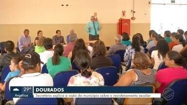 Secretário explica a visão do município sobre o reordenamento de escolas estaduais - O Secretário Municipal de Educação, Upiran Gonçalves se reuniu hoje com pais de alunos da escola Nelson de Araújo em Dourados.