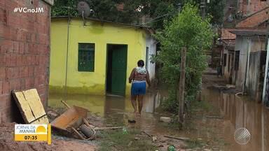 Comunidade no bairro de Valéria reclama de casas alagadas toda vez que chove - Moradores sofrem com os prejuízos provocados pela chuva, que atingiu a capital baiana e Região Metropolitana na terça-feira (26).