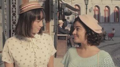 Clotilde e Isabel conversam sobre seus amores - Lili confessa que está feliz com Lúcio, mas sente falta do 'vento no estômago'