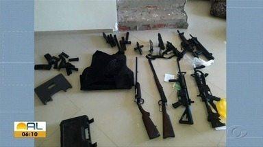 Mulher é presa com um arsenal no Antares - Ela estava com submetralhadoras e fuzis.
