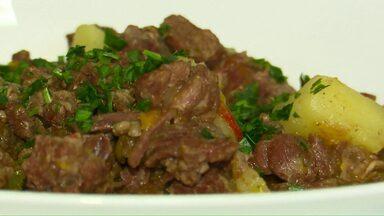 Aprenda a fazer acém com legumes na panela de pressão - Em tempos de carne bovina mais cara, a dica de como deixar uma carne de segunda com sabor de primeira