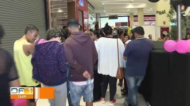 Fim de semana de promoções no DF - Lojas abriram à meia-noite para receber os clientes.