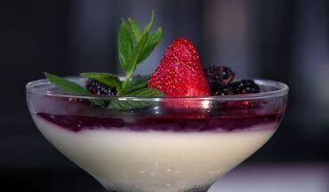 Panna Cotta - Sobremesa servida em taça une sofisticação e sabor.