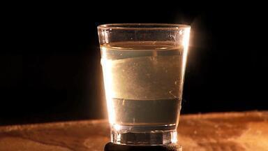 MG Rural mostra como cachaça é produzida em alambique no Triângulo Mineiro - Produção de bebida está presente em mais de 800 municípios no Brasil, segundo dados do Ministério da Agricultura.