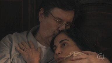 Lola e Júlio fazem declarações de amor um para o outro - Ele promete para a esposa que ela terá a vida que sempre sonhou