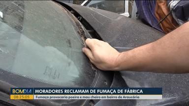 Moradores de bairro em Araucária precisam lidar com fumaça de fábrica - Eles relatam que poluição leva mau cheiro e muita fuligem para casas.