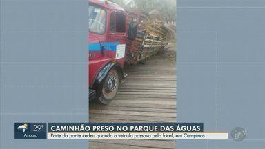 Caminhão fica preso após parte de ponte ceder no Parque das Águas de Campinas - Segundo a prefeitura, a ponte cedeu por conta do excesso de peso no veículo. Ainda não há prazo para conclusão da obra de reparo na ponte.