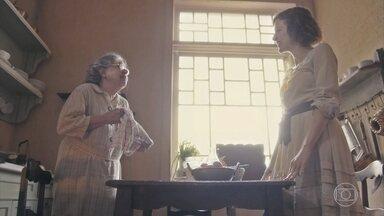 Uma moça se insinua para Zeca na Igreja e Candoca acompanha a cena - Candoca comenta com Olga, que fica uma fera com o marido