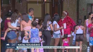 Natal Solidário: seminaristas fazem festa para crianças em BH - O sábado foi especial para crianças de duas vilas de Belo Horizonte. Seminaristas da Arquidiocese Metropolitana prepararam uma festa de Natal com brincadeiras, lanches e, claro, o Papai Noel!