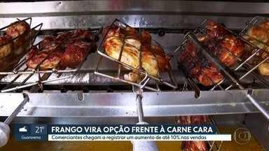 Frango vira opção frente à carne cara - Comerciantes chegam a registrar um aumento de até 10% nas vendas.