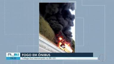 Ônibus pega fogo na BR-101, em Silva Jardim - Ninguém ficou ferido.