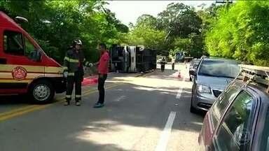 Uma jovem de 13 anos morre e 37 ficam feridos em um acidente com um ônibus na Rio-Santos - Duas vítimas foram internadas em estado grave. Segundo a empresa dona do ônibus, o motoristas não foi autorizado a sair com o veículo.