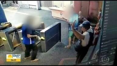 Câmera registra bandidos roubando arma de vigilante no metrô - Caso aconteceu na Estação Ipiranga, que fica no bairro de Afogados, no Recife.
