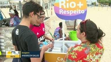 Dia de combate à AIDS tem ação na praia de Copacabana - Kits de prevenção foram distribuídos para quem passava.