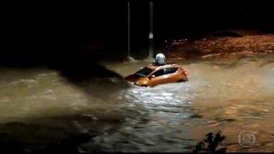 Chuva forte causa alagamentos em Belo Horizonte - O rio Ribeirão Arrudas transbordou, inundando uma das principais ligações da Zona Oeste com o Centro da cidade. Um homem que tentou atravessar o trecho de carro ficou ilhado. Para se salvar, ele subiu no teto e depois saiu nadando.