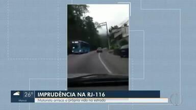 Motorista arrisca a própria vida na estrada na RJ-116, em Nova Friburgo - A rodovia está em péssimo estado.