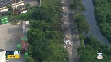 Flagrante mostra lixo e entulho em vias de Fazenda Botafogo - O Globocop flagrou pontos de descarte de lixo e entulho na Estrada Rio D'Ouro e a Avenida Prefeito Sá Lessa.