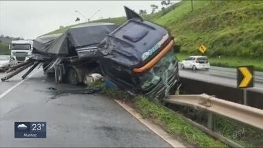 Carreta bate em mureta na Fernão Dias em MG e motorista fica gravemente ferido - Carreta bate em mureta na Fernão Dias em MG e motorista fica gravemente ferido