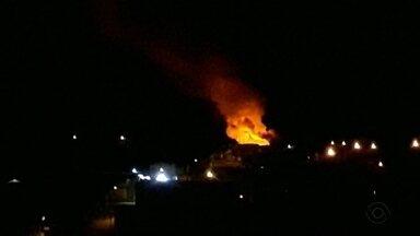 Incêndio destrói duas casas no bairro Monte Carmelo em Caxias do Sul - Outras quatro casas foram atingidas.