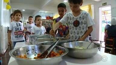 Escola infantil recebe alimentos doados para a campanha Natal do Bem - Banco de Alimentos disponibiliza em média 180 kg por mês à escola.