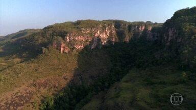 Serra do Roncador guarda a beleza de um Brasil desconhecido - São cerca de 800 quilômetros que se erguem como um divisor de águas de três rios e que guardam as belezas do cerrado e da Floresta Amazônica, com enormes cachoeiras e riachos de água cristalina.