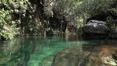 Lago de água mineral é oásis em paraíso selvagem na Serra do Roncador - Água limpa e fresca corre oito quilômetros só pelas pedras e muda de cor: azul no inverno e verde na estação seca. Mesmo sem máscara de mergulho, é possível ver tudo lá em baixo.